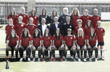 Jugadoras, entrenador y el presidente de la RFEF posan para la foto 'mundial' / Foto: @SelFutbolFem