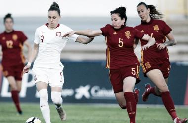 Dos jugadoras de España pelean frente a una polaca I Foto: EFE