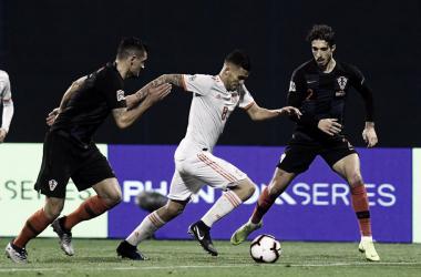 Ceballos controla le balón en el último partido ante Croacia/ Foto: UEFA