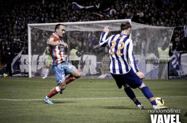 Seoane centrando en el último Deportivo-Lugo, ante la mirada de Iván Pérez. || Fotografía: Vavel.