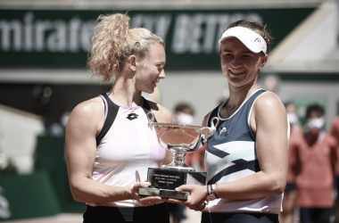 <p><font><b>Barbora Krejcikova (derecha) y Katerina Siniakova Foto Roland Garros</b></font></p>