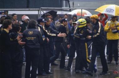 A equipa da Lotus não continha a felicidade no final da corrida (foto: LAT)