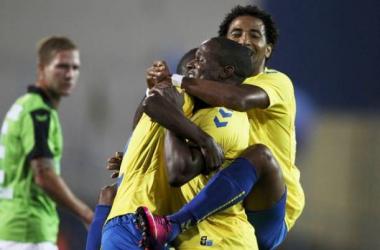 Jogadores do Estoril festejam vitória que aproxima time da fase de grupos (Foto:Reprodução/A Bola.pt)