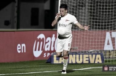 Manuel Castro, delantero de Estudiantes, festejando su gol frente a Sarmiento de Junín.