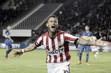 La 'Gata' goleador y figura del triunfo 'pincharrata'. Foto: Olé.