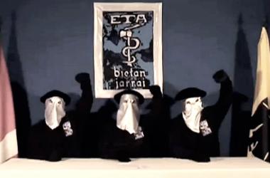 Miembros de ETA alzando el puño. | Imagen: desconocido