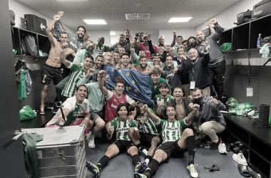 La plantilla bética celebra su clasificación para Europa tras el Celta de Vigo - Real Betis. Foto: @SergioCanales