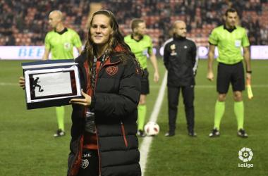 Eva siendo homenajeada por el Rayo. Fotografía: La Liga