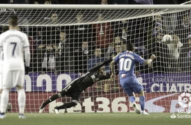 Banega bate a Masip desde el punto de penalti. / Foto: LaLiga