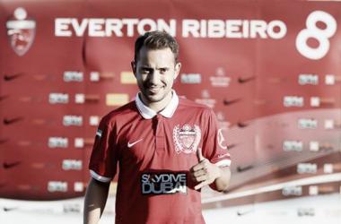 Al Ahli apresenta oficialmente meia Éverton Ribeiro
