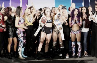 Final del evento con las dos campeonas de RAW y SmackDown celebrando con el resto del elenco femenino