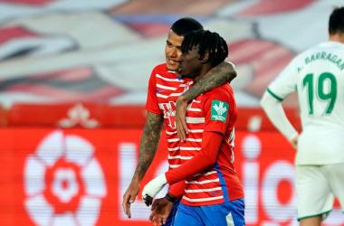 Kenedy y Quina se abrazan tras el gol del luso. Foto: Pepe Villoslada/GCF