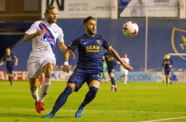 Aitor y Marc Fernández pugnando por el esférico. Imagen: UCAM Murcia.