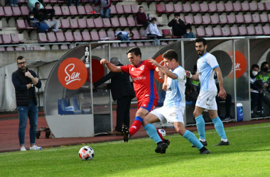 Cotán disputa un balón. Imagen: Compostela.