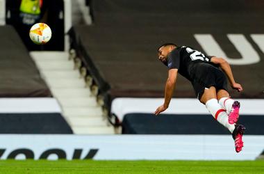 Yangel cabecea un balón en Old Trafford. Foto: Granada CF.