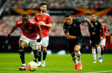 Machís pugna por un balón en Old Trafford |Foto: Pepe Villoslada / Granada CF