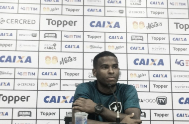 """Em primeira coletiva no Botafogo, Ezequiel fala sobre chegada ao profissional: """"Estou adaptado"""""""