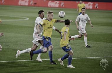 Jonsson peleando un balón con Varane // Cádiz CF