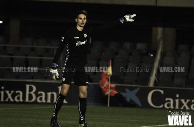 Jokin Ezkieta, sobre el césped del Mini Estadi, con la elástica del Sabadell | Foto: Noelia Déniz - VAVEL