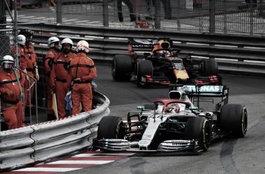 Hamilton compensou um erro da Mercedes e venceu com categoria o GP de Mônaco. (Reprodução formula1.com)