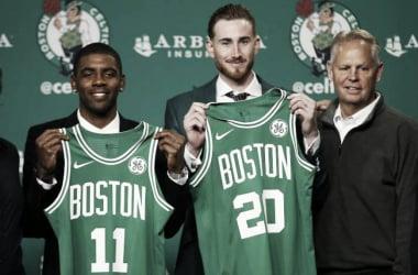 Kyrie Irving y Gordon Hayward, en su presentación con los Celtics. Foto: AP Photo