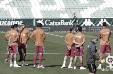 Los jugadores del Elche esperando al partido ante el Betis | Foto: LaLiga Santander