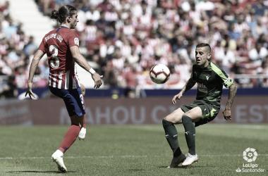 Rubén Peña y Filipe Luis en la disputa del balón // Foto La Liga Santander