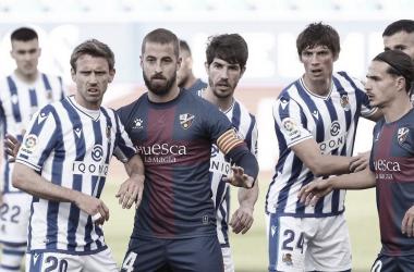 Jugadores de la Real y del Huesca pendientes de un saque de esquina / Foto: Real Sociedad