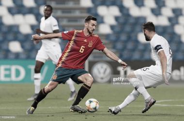 Fabián Ruíz maneja el balón ante la presencia de Tousart / Foto: UEFA (Getty images)