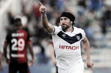 Mariano Pavone celebra el primer gol de Vélez ante Colon | Foto: Minuto Uno
