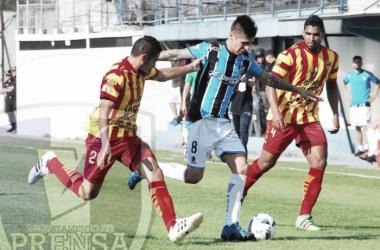 Marcelo Ortiz y Juan Bravo intentan sacarle el balón a Ariel Chaves | Foto: Prensa Almagro