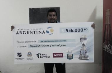 Norberto Acosta, director técnico de Juventud Unida, con el cheque de 936.000 | Foto: Noberto Acosta