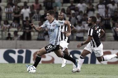 Vítor Bueno enfrentrando marcação de Samuel Xavier durante a partida (Foto: Rubens Chiri/São Paulo FC)