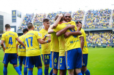 Abrazo de equipo tras un gol de Alex Fernández. | Fotografía: Cádiz CF