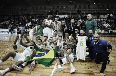 Jogadores homenageiam Gabriel Jaú que se lesionou durante a preparação para o torneio (Foto: Divulgação/CBB)