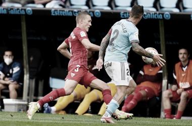 Augustinsson buscando la pelota / @SevillaFC (Twitter)