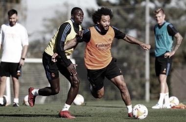 Marcelo y Mendy vuelven a entrar en contacto con el esférico. | Foto: Real Madrid