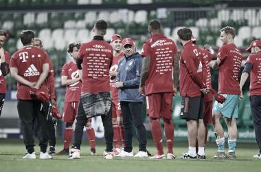 """Hansi Flick credita méritos ao elenco do Bayern pelo título alemão: """"Nunca consegue sozinho"""""""