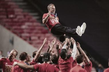 Hansi Flick destaca trabalho de equipe após conquista do Bayern na Champions League