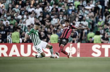 Guido Rodríguez e Hincapié en la disputa de un balón dividido / Fuente: Bayer 04 Leverkusen