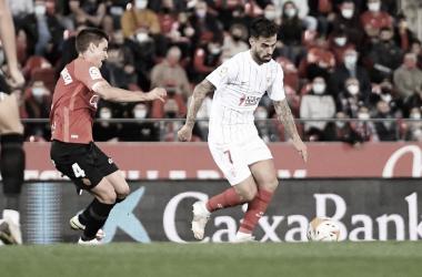 Suso con la pelota frente a de Galarreta / @SevillaFC (Twitter)