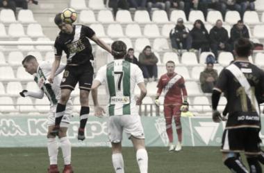 Un jugador del Rayo le gana el balón a Guardiola con la atenta mirada de sus compañeros. Foto: La Liga 123