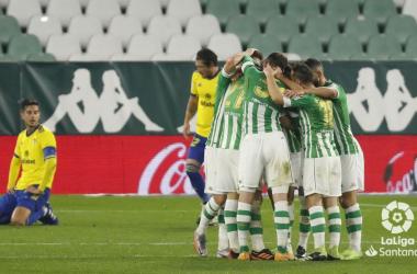 Jugadores del Real Betis en la celebración del 1-0 ante el Cádiz en la ida | Foto: LaLiga