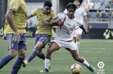 Fede luchando el balón ante un rival del Cádiz. Fotografía: La Liga