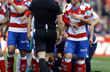 Fede San Emeterio reclama al árbitro su expulsión. Foto: LaLiga.