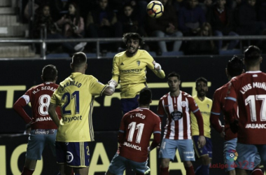 Fede Vico observa a un rival / Foto: LaLiga