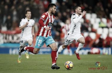 Fede Vico conduce el balón perseguido por varios jugadores del Albacete   Foto: LaLiga