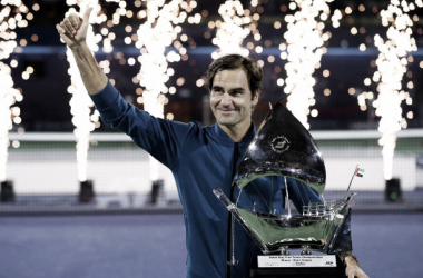 Roger Federer saluda al público de Dubai tras lograr su título nº 100 en el circuito. Foto: gettyimages.es