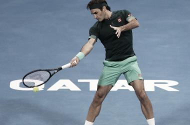 Federer regresa con victoria en Doha