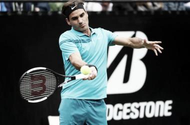 Federer golpea con su derecha durante el partido de hoy ante Mischa Zverev, Foto: zimbio.com